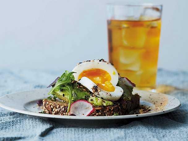 6-minutersägg och avokado på rågbröd