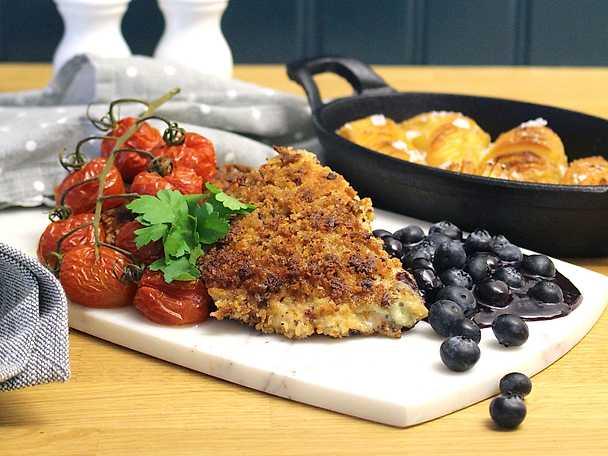 Ädelostfylld kalkonfilé med hasselbackspotatis och blåbärssås