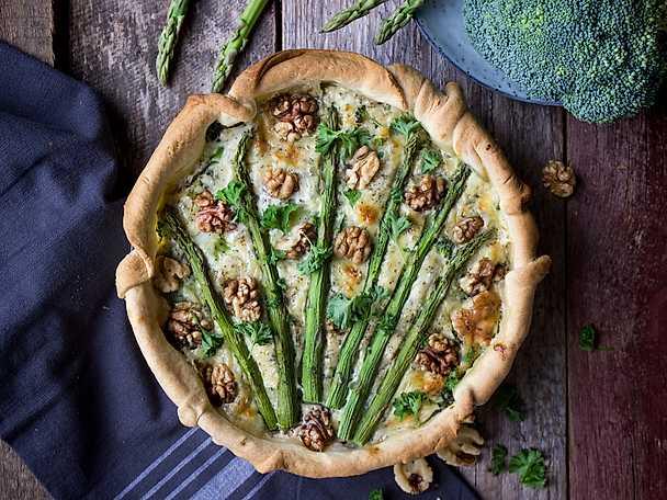 Ädelostpaj med broccoli och sparris