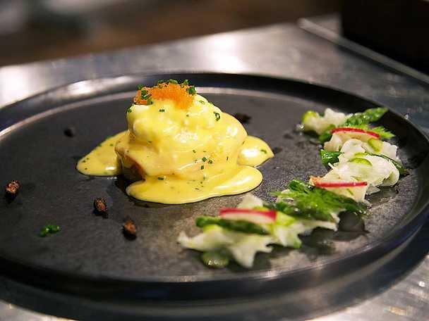 Ägg Benedict med kallrökt lax, hollandaise på brynt smör och löjrom