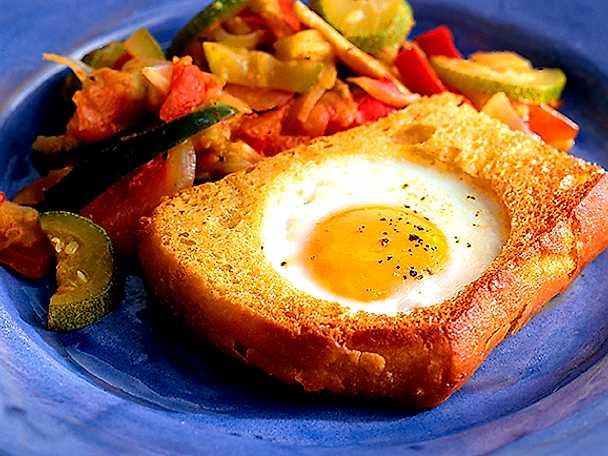 Ägg i toast med grönsaksröra