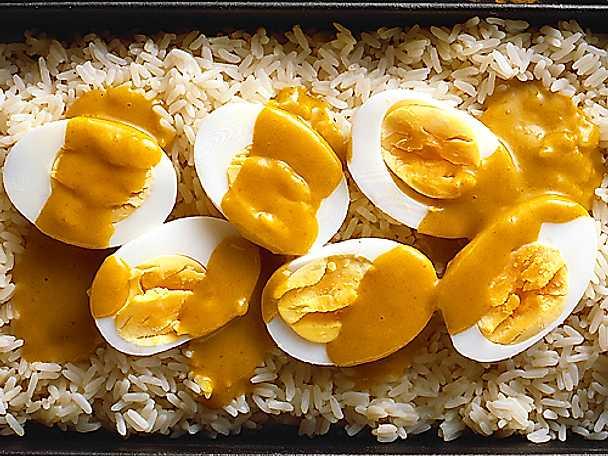Ägg på risbädd med currysås