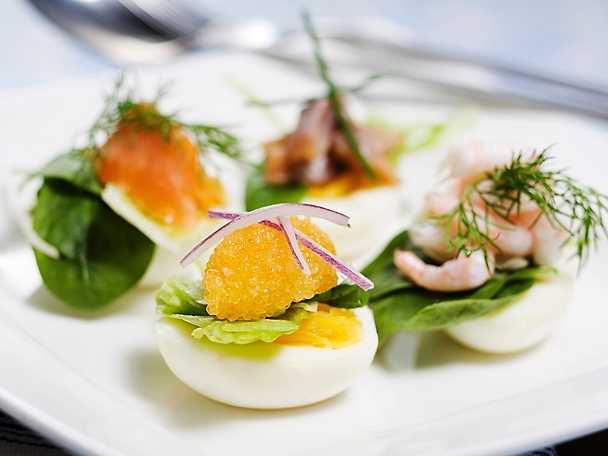 Ägghalvor med räkor, lax och löjrom