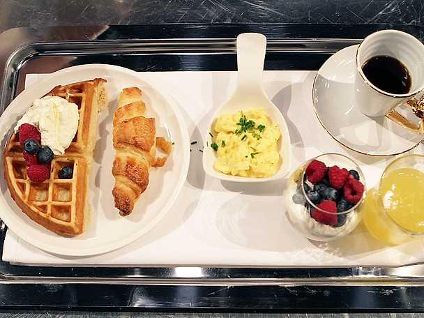 Äggröra, fruktyoghurt, croissant och begiska våfflor