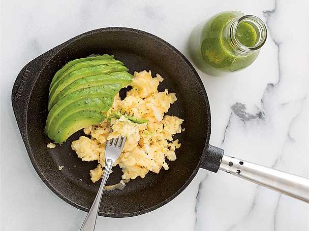 Äggröra med avokado och grön drink