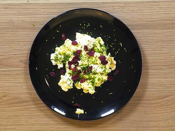 Äggröra med keso och rostade nötter
