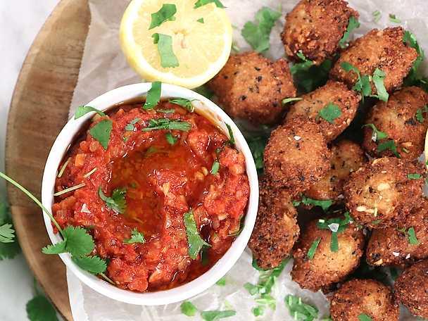Akara - friterade bönbollar med het tomatsås