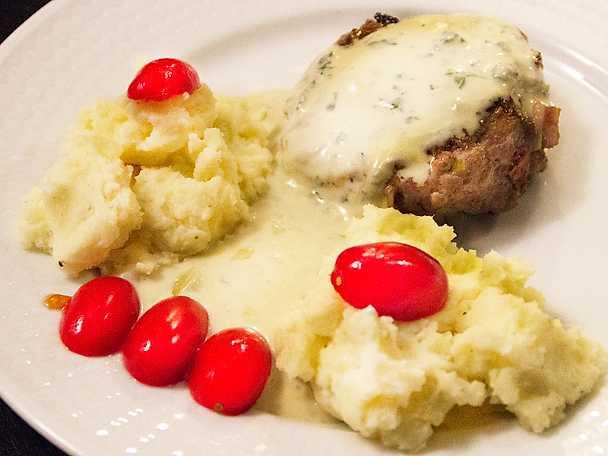 Älgfärsbiffar och potatistoppar med gorgonzolasås