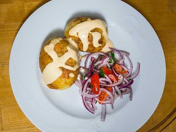 Älgfärsfyllda potatiskroketter med löksallad och chilimajonnäs