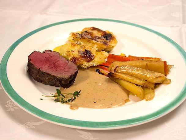Älgfilé serveras med rökig potatisgratäng