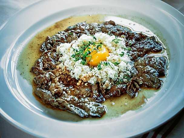 Älglövbiff med rå äggula, riven pepparrot och pressad potatis