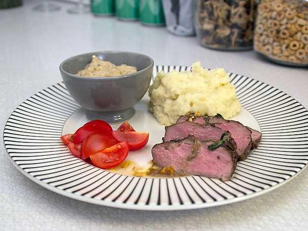 Älgryggbiff med trattkantarellsås, serveras med potatis- och palsternackspuré