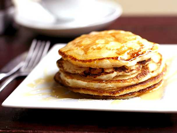American pancakes med karamelliserade valnötter