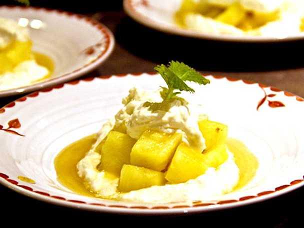Ananas i romlag med kokoskräm