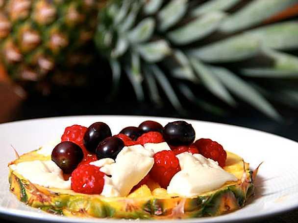 Ananasbåt med frukt