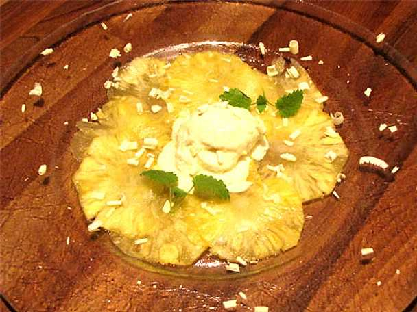 Ananascarpaccio med hemgjord kokosglass och vit choklad