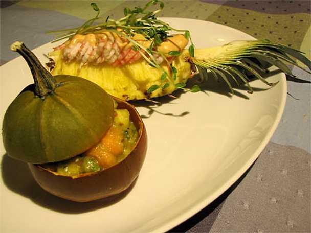 Ananasklyfta med räkor, het sås och tropical salsa