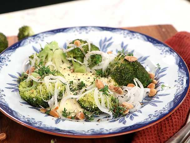 Ångad broccoli med äggkräm, snabbsyltad lök och rostad mandel