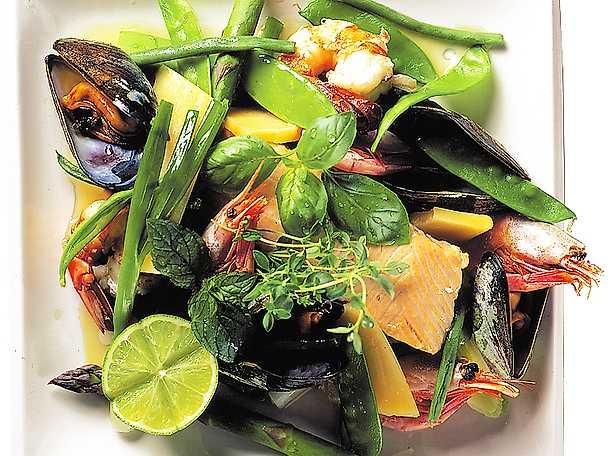 Ångad lax, grönsaker och skaldjur