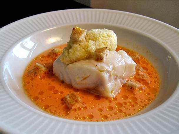 Ångad torsk med morotssky och råriven blomkål