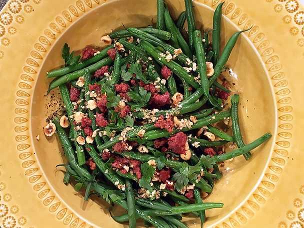 Ångade gröna bönor med brynt nötsmör och salsicciaströssel