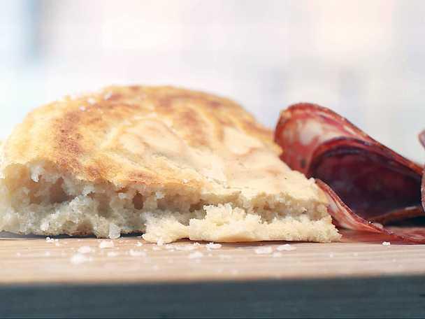 Ångstekt bröd med syrat smör och charkuterier