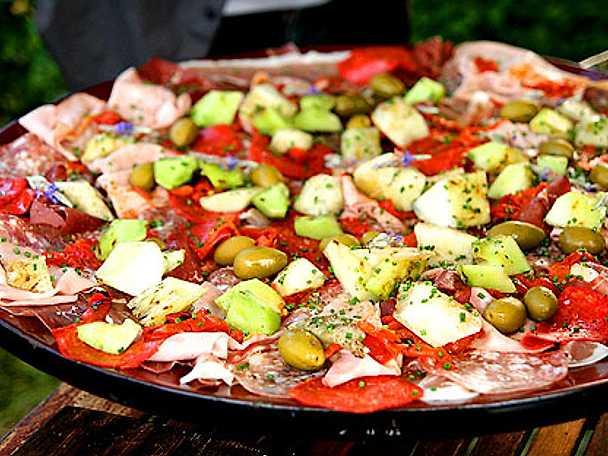 Antipasti med grillad melon, gröna oliver och paprika