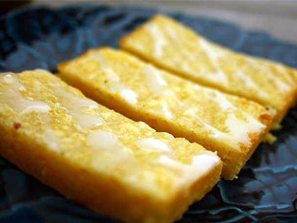 Apelsinblondies med citrusglasyr