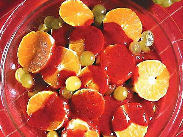 Apelsinsallad med jordgubbssås
