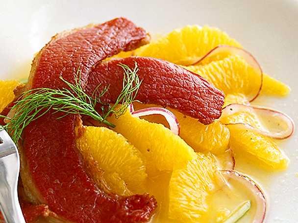 Apelsinsallad med tunnskivad oxbringa