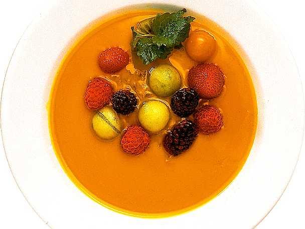 Apelsinsoppa med frukt och bär