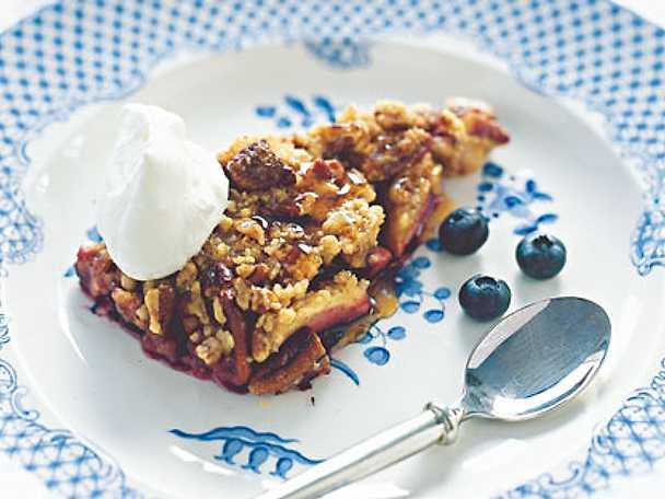 Äppel- och blåbärspaj med pecannötssmulor