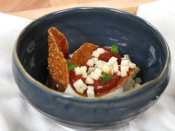 Äppeldessert med mandelkrokant och vaniljglass