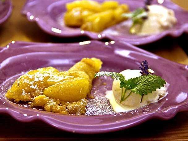 Äppelkaka med hemgjord vaniljglass