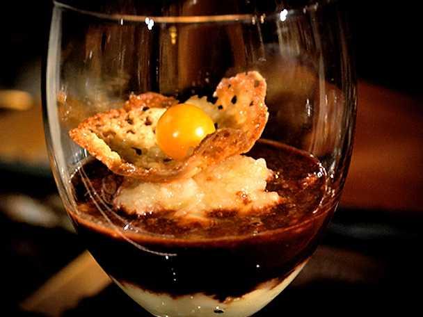 Äppelkompott med chokladsås och mandelflarn