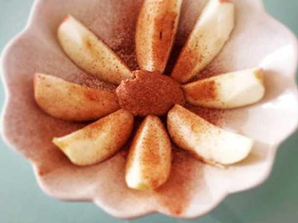 Äppelskivor med mandelsmör och kanel