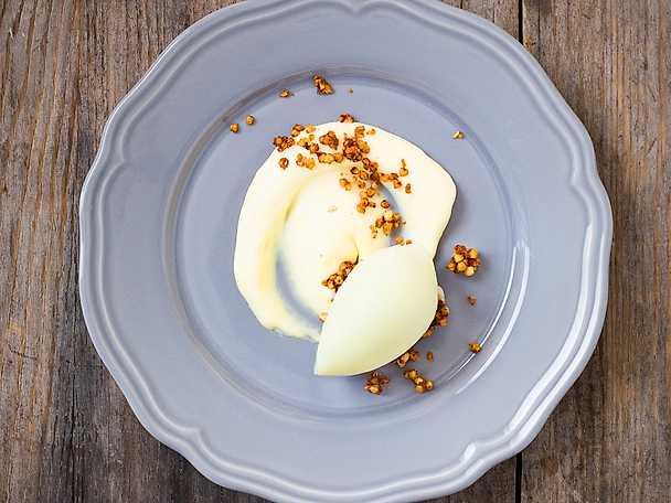 Äpplesorbet med vit chokladcremeux och krispigt bovete