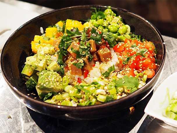 Asiatisk poké bowl med tonfisk