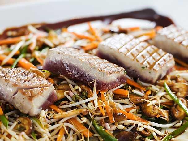 Asiatisk sallad med rostad tonfisk
