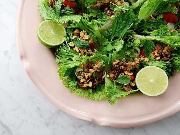 Asiatiska salladsrullar med knaperstekt fläskfärs