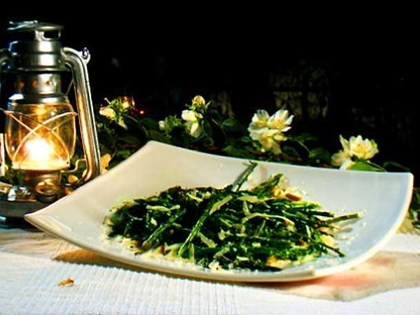 Asparagi alla griglia con pinoli e pecorino