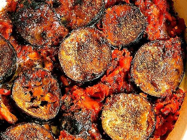 Aubergine i tomat