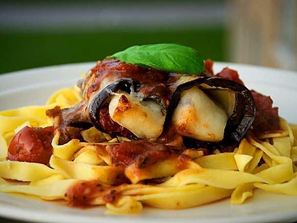 Auberginerullar med halloumi och pasta