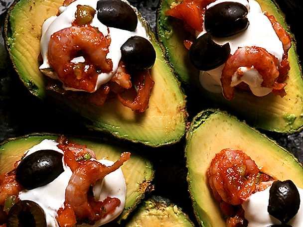 Avokado med oliv- och räkfyllning