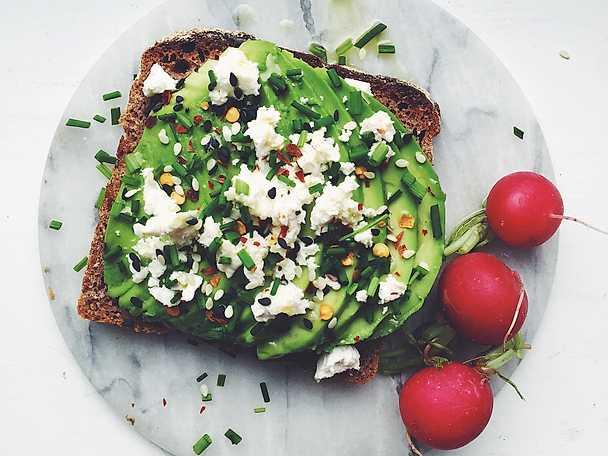 Avokadomacka med fetaost och gräslök