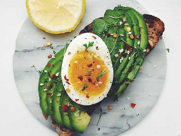 Avokadomacka med löskokt ägg och chiliflakes