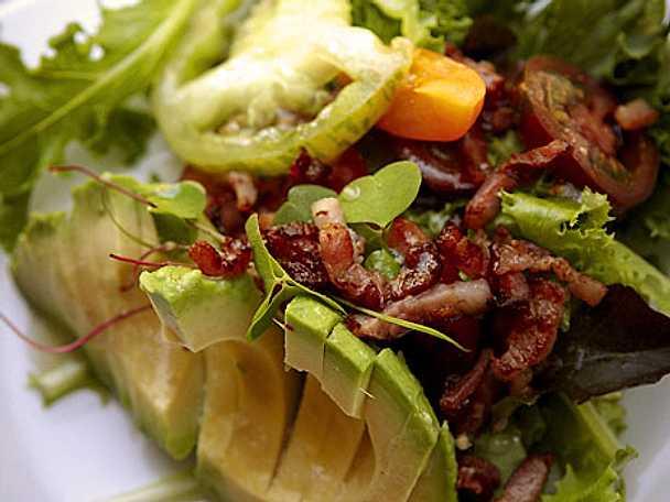 Avokadosallad med knaperstekt bacon