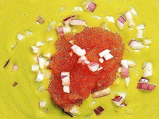 Avokadosoppa med löjrom och rödlök