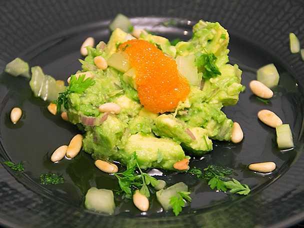 Avokadotartar med löjrom, gurka och rostade pinjenötter