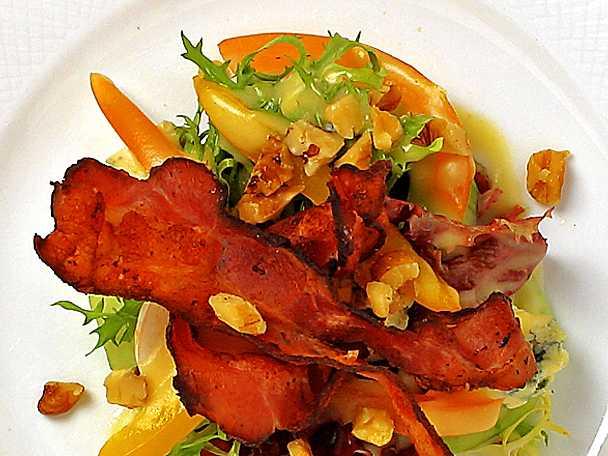 Bacon- och ädelostsallad med honungsdressing